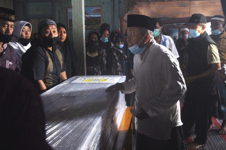 Tangis pecah saat jenazah Titik Sukamti (46), tenaga kerja wanita (TKW) yang tewas dalam kecelakaan maut di Malaysia tiba di rumah duka diDusun Kuripan, Desa Nambuhan, Kecamatan Purwodadi, Kabupaten Grobogan, Jawa Tengah, Jumat (25/12/2020) siang.