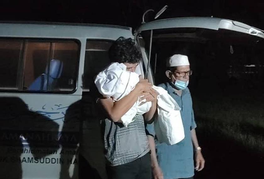 Jenazah ibu mentua, anak Syafiq Ahmad selamat dikebumi | Astro Awani