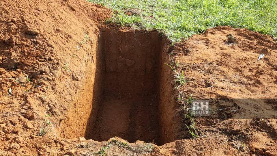 Jenazah ibu mentua dan bayi lelaki Muhammad Syafiq akan dikebumikan satu liang lahat di Tanah Perkuburan Islam Bukit Murai, Padang Murai, Padang Pusing. - NSTP/Zuliaty Zulkiffli