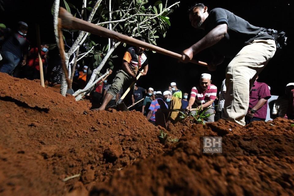 Jenazah Muhammad Aisy Saqeef dikebumikan dalam satu liang lahad bersama neneknya Zainab Wahab, di Tanah Perkuburan Islam Bukit Murai Kampung Padang Pusing, Pendang. - Foto BERNAMA