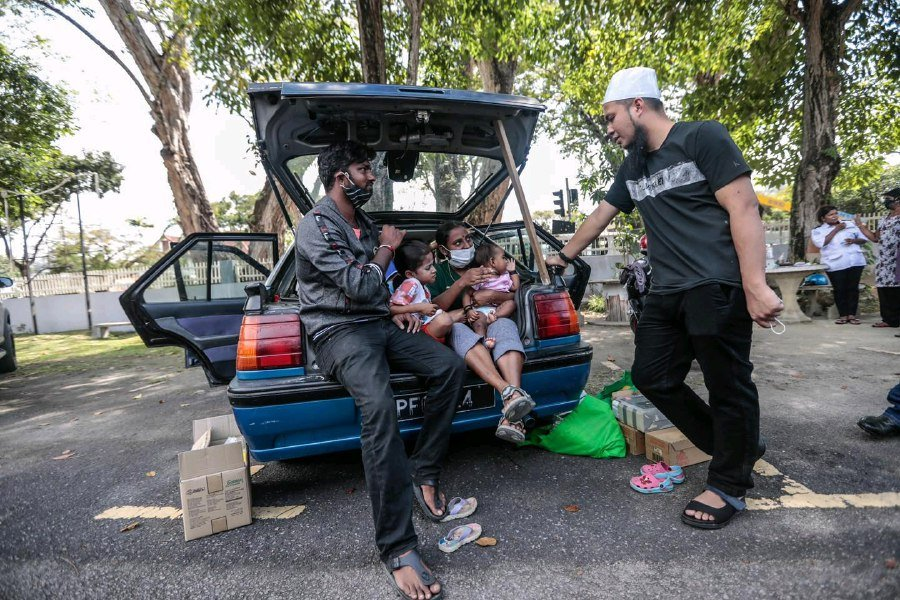 Ebit Lew comes to aid of family living in car