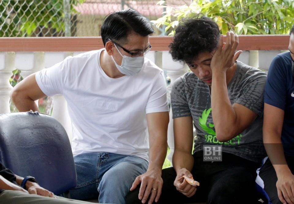 Ketua jurulatih pasukan bola sepak kebangsaan, Tan Cheng Hoe (kiri) menenangkan Muhammad Syafiq ketika menziarahi di Unit Forensik Hospital Sungai Bakap. - NSTP/Danial Saad