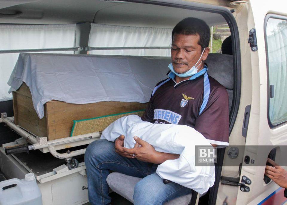 Ahli keluarga menuntut jenazah Zainab dan Muhammad Saqeef, di Hospital Sungai Bakap di Nibong Tebal, untuk dikebumikan di Pendang, Kedah, petang tadi. - NSTP/Danial Saad