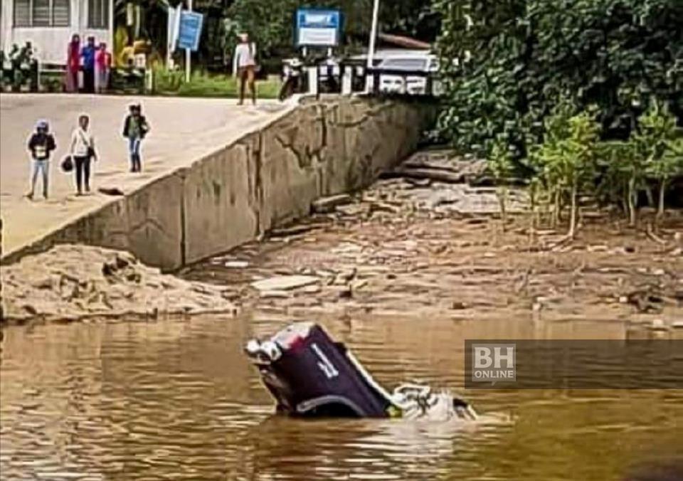 Sebuah pikap yang dinaiki mangsa terjunam ke dalam Sungai Batang Lupar di jeti feri Triso, Beladin, hari ini. - Foto ihsan pembaca
